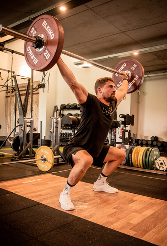 Very-fit-male-performing-a-squat-snatch.jpg